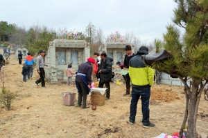 Han Chinese families together in Shangri-La on Tomb Sweeping day to honour their ancestors