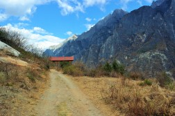 An abandoned home along the Tiger Leaping Gorge trek