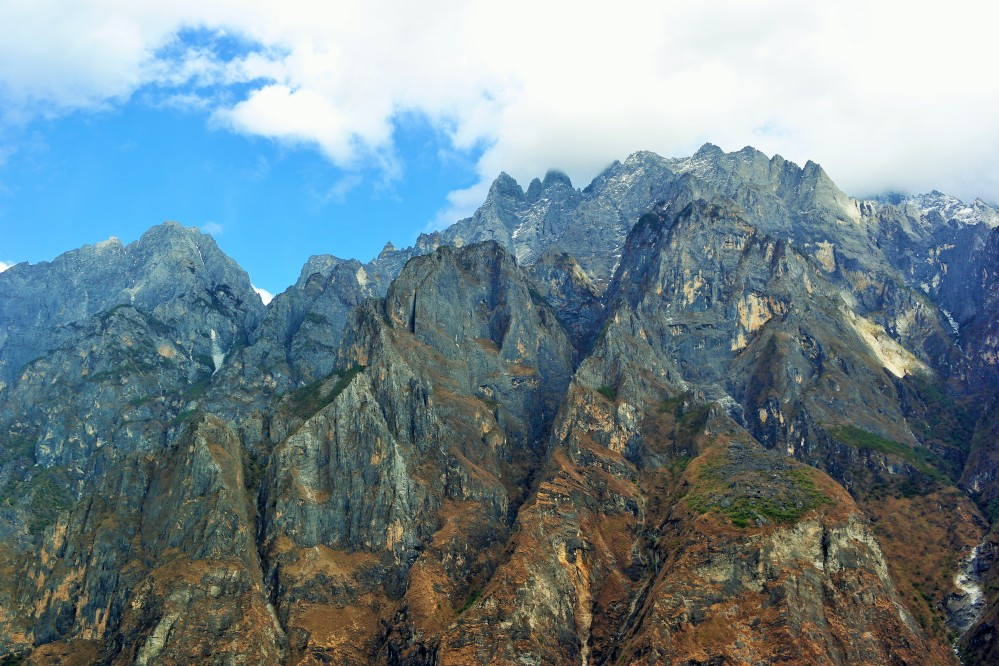Views of the Himalayas along the Tiger Leaping Gorge hike